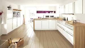 cuisine blanche plan travail bois meuble plan travail cuisine un plan de travail en contraste avec