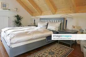 stockfoto schlafzimmer doppelbett unter einer dachsch