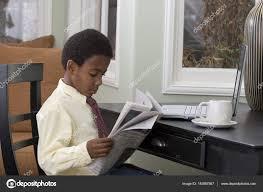 Une Femme Afro Américaine En Lisant Le Journal Petit Garçon Lisant Le Journal à La Maison Photographie