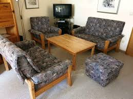wohnzimmer sitzecke mit tisch sofa sessel hocker