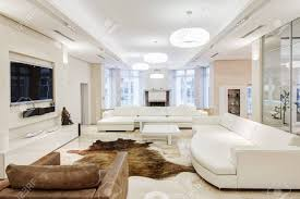 großes und komfortables wohnzimmer mit weißem interieur in luxusvilla