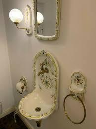 antikes badezimmer waschbecken le spiegel und toilette etc