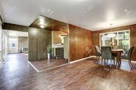 haus interieur offener grundriss mit parkettboden im esszimmer küche und wohnzimmer nordwesten usa