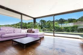 moderne villa innen großes wohnzimmer mit schlafcouch