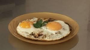 cuisiner des oeufs comment cuisiner des oeuf au plat et chignons plats cuisine