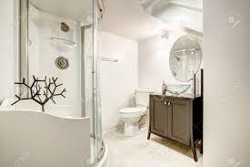 schönes badezimmer mit dusche und glastür braun schrank mit waschbecken aus glas und spiegel