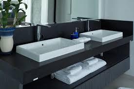 modernes badezimmer waschbecken im badezimmer stockfoto