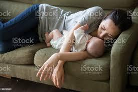 ein baby mit einer mutter hat eine arm kissen schlafen stockfoto und mehr bilder alleinerzieherin