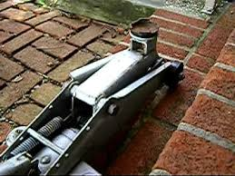 Duralast Floor Jack Instructions by How To Use A Hydraulic Jack Youtube