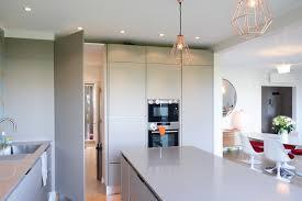 porte de la cuisine porte du couloir intégrée à la déco de la cuisine huggy