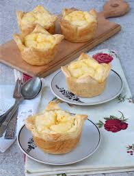 tartelettes avec le fromage blanc sur un fond en bois clair mini