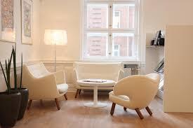 modern gestaltete sitzecke in weiß couchtisch wohn