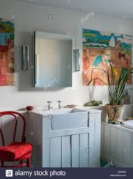 holz verkleidet waschbecken und badewanne im badezimmer mit