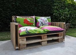 canapé en palette de bois le canapé palettes recycle palettes pallets