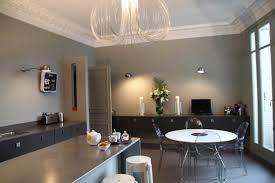 cuisine beige comptoir lisse en granit noir armoire de cuisine bois blanc pichet