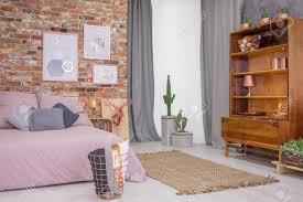 loft schlafzimmer mit alten holz bücherregal und doppelbett