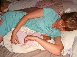 bébé é du canapé dormir avec bébé dans les bras