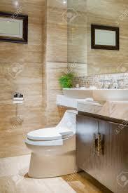 schönes bad mit moderner dekoration