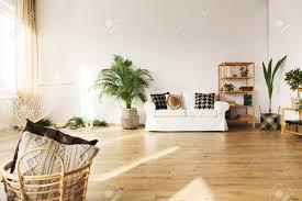 perfektes wohnzimmer mit sofa hängematte bücherregal pflanze parkettboden