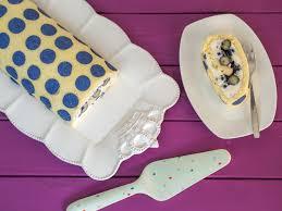 heidelbeer biskuitrolle mit dekorbiskuit
