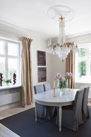 stühle mit grauen hussen um bild kaufen 11304348