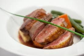magret de canard croustillant sauce au vin et légumes rôtis