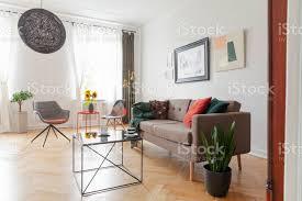 tisch neben dem sofa und anlage im wohnzimmer interieur mit grauer sessel und plakate echtes foto stockfoto und mehr bilder boden