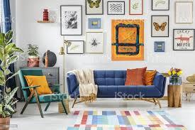 grüner sessel neben blauem sofa im bunten wohnzimmer inter stockfoto und mehr bilder blau
