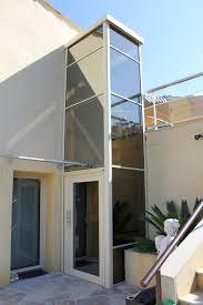 ascenseur élévateur en extérieur de maison avec pylône auto