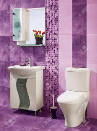 schönes und stilvolles badezimmer in lila