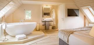 schlafzimmer mit badewanne offene bäder dachgeschoss