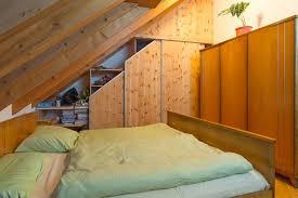 dachschrägenschrank im rustikalen stil in zirbenholz auf zu