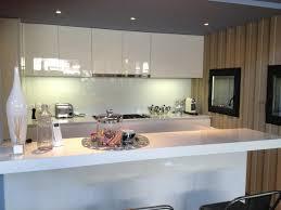 comptoir de cuisine quartz blanc cuisine laquée blanc brillant cap ferret cuisine