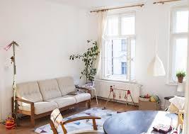 helles wohnzimmer mit einer spielecke für kinder