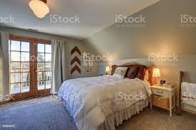 ruhiges schlafzimmer mit dachschräge und türen schöne terrasse stockfoto und mehr bilder architektur