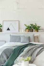 grau und grün schlafzimmer innenraum stockfoto und mehr bilder bett