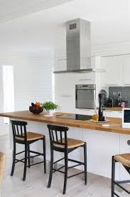 cuisine blanche plan travail bois la cuisine blanche et bois en 102 photos inspirantes archzine fr