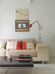 asiatische kissen auf beigem sofa im bild kaufen