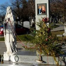 Forest Home Cemetery A Gypsy Grave Decorated For Christmas