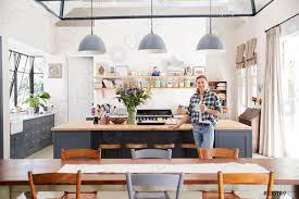 foto auf lager frau lehnt sich auf insel in einer offenen küche esszimmer