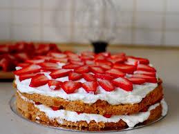 dessert avec creme fouettee gâteau d anniversaire aux fraises et crème fouettée gâteaux