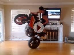 artgerecht motogp gucken im wohnzimmer mit wheelie