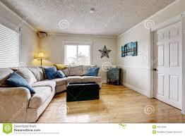 wohnzimmer mit beige sofa und blauen kissen stockbild bild
