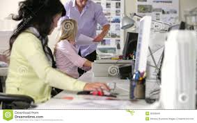 aux bureaux équipe travaillant aux bureaux dans le bureau occupé vidéos
