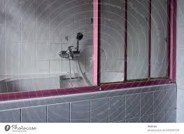 im alten badezimmer steht eine seniorenungeeignete alte