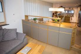 modernes wohnzimmer mit warmen materialien