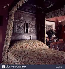 aus geschnitztem holz antikes bett im schlafzimmer