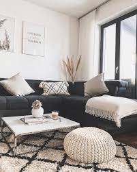 ein wohnzimmer in braun wirkt einladend und wohnlich sofa
