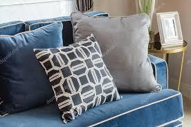schwarz weiße kissen auf klassisch blauem sofa im wohnzimmer
