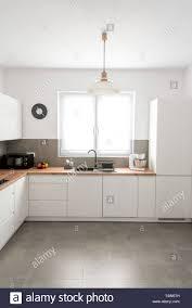 gepflegte moderne weiße küche mit lackierten mdf platten